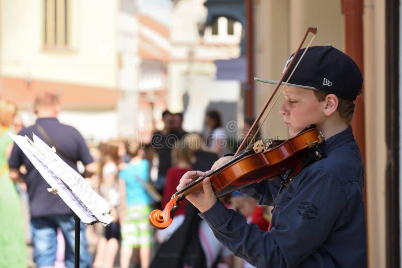 Musikerlekfiol i gatamusikdag arkivfoton