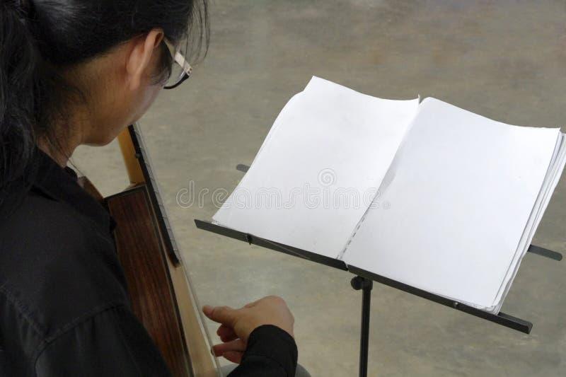 Musikerlekgitarr i studio royaltyfri foto