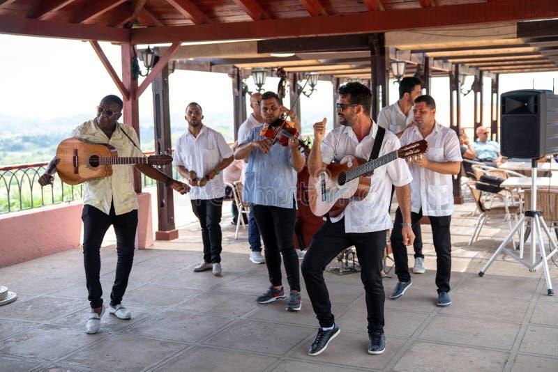 Musikermusikband att utföra för turister royaltyfri bild