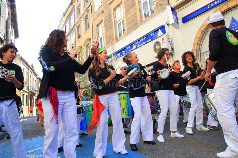 Musikermusikband p? karnevalet av Limoux, Frankrike arkivbilder