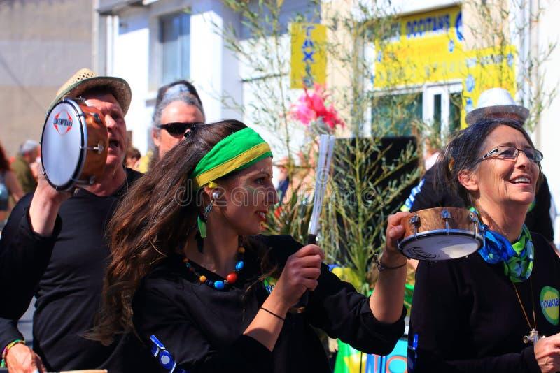 Musikermusikband p? karnevalet av Limoux, Frankrike royaltyfri fotografi