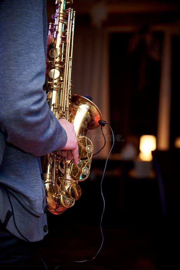 Musikern spelar jazzmusik på saxofonen royaltyfria foton