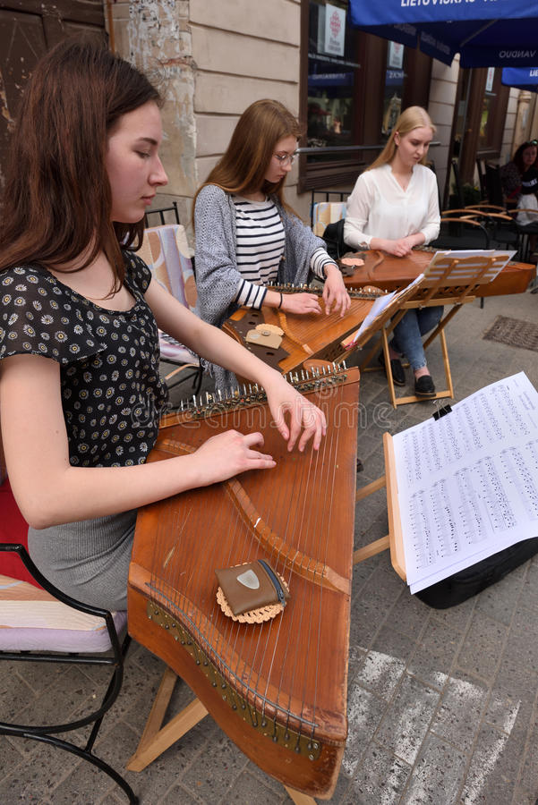 Musikerspiel Litauerzupfinstrument stockbilder