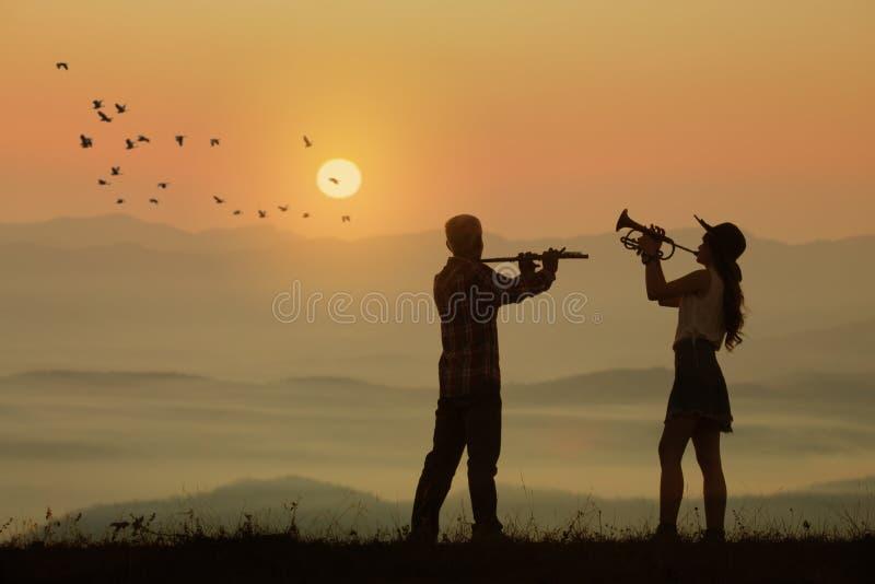 Musikerspielflöte und -trompete lizenzfreie stockfotografie