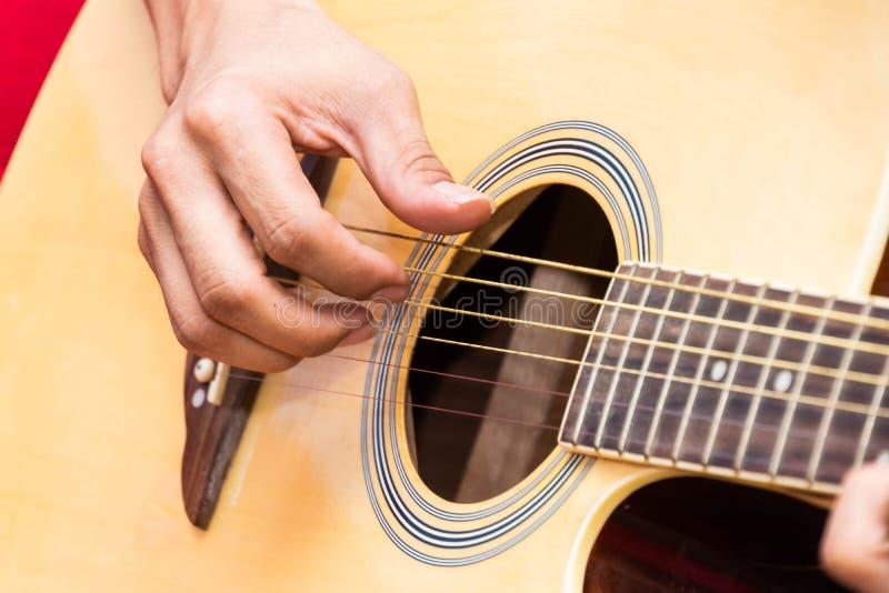 Musikerspielgitarre stockfoto