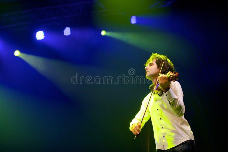 Musikerviolinist mit einer Violine in seinen Händen lizenzfreie stockbilder