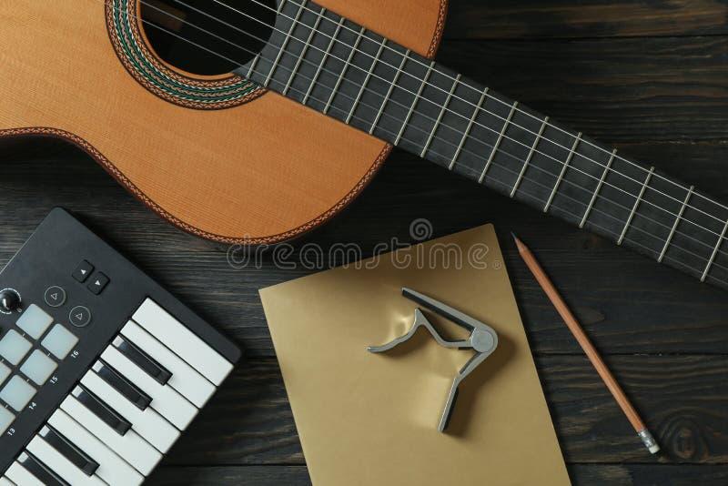 Musikherstellerkomposition auf hölzernem Hintergrund stockfotografie