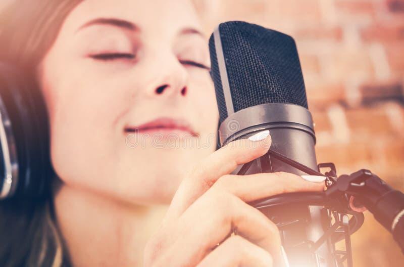 Musikinspelning med passion royaltyfri fotografi