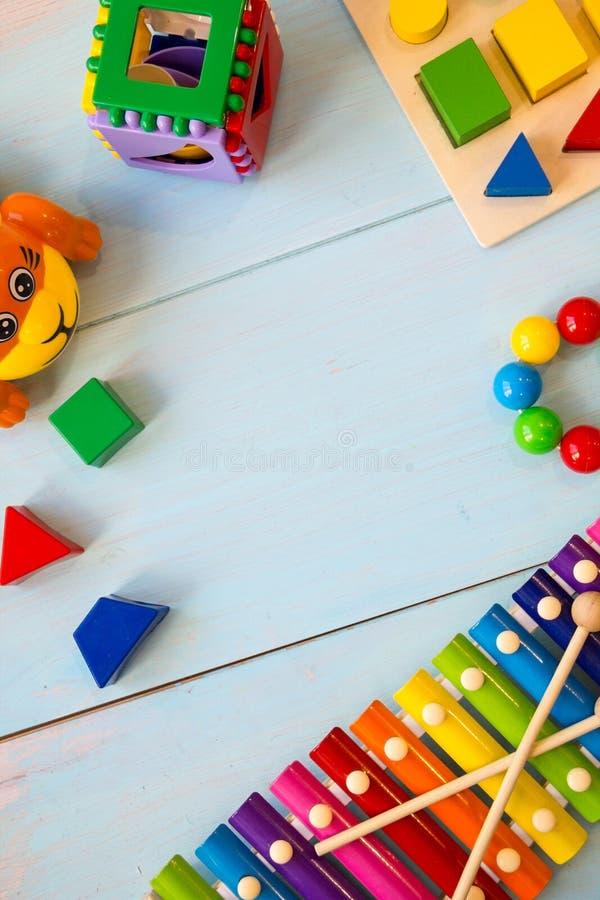 Musikinstrument behandla som ett barn toysonträbakgrund kopiera utrymme, stället för din text eller slogan Top beskådar royaltyfri fotografi