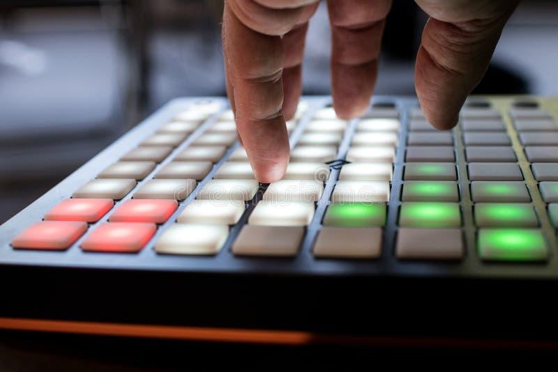 Musikinstrument für elektronische Musik mit einer Matrix von 64 Schlüsseln stockbild