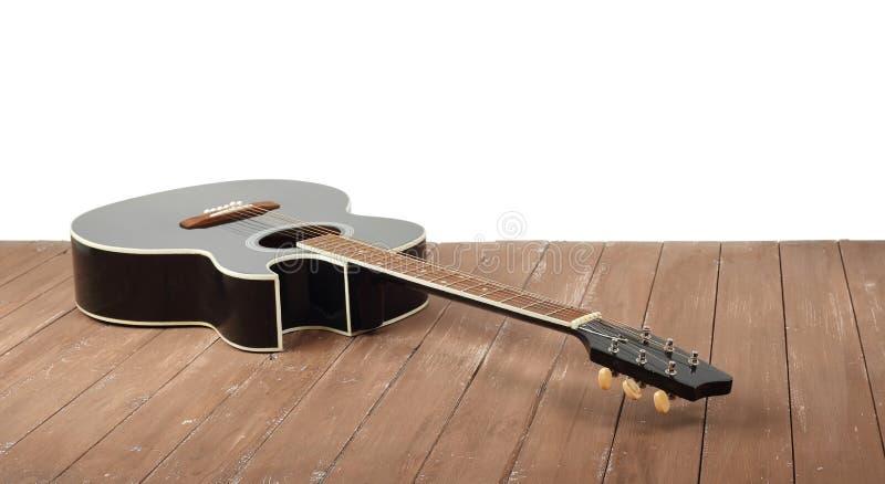 Musikinstrument - klassiskt akustiskt jackettgitarrträ och vit bakgrund royaltyfri bild