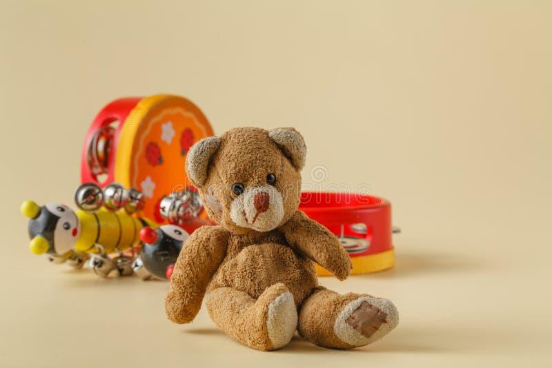 Musikinstrument och leksakbjörn arkivbild