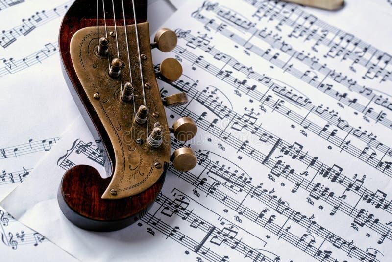 Musikinstrument och notblad för detalj gammalt royaltyfri bild