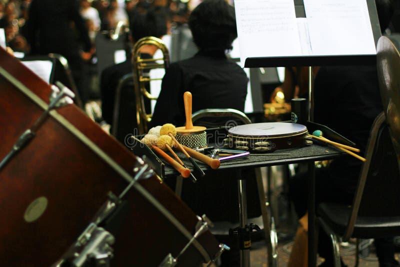Musikinstrument på etappen av musikmusikbandet fotografering för bildbyråer