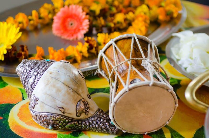 Musikinstrument som används för brandceremonin under pujaen royaltyfri bild