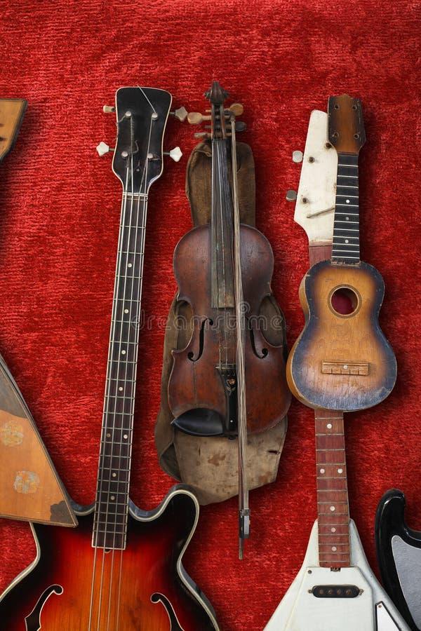 Musikinstrument - Weinlesebass-Gitarre, akustisch, Violine, bala lizenzfreies stockfoto