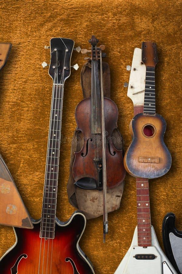 Musikinstrument - Weinlesebass-Gitarre, akustisch, Violine, bala lizenzfreie stockfotografie
