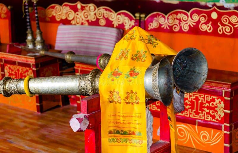 Musikinstrumente in einem buddhistischen Tempel stockbilder