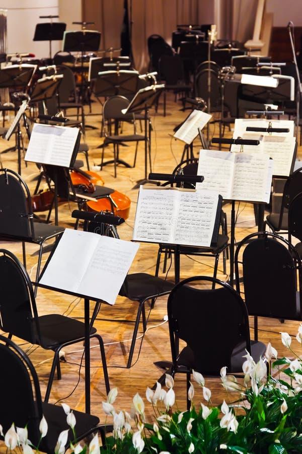 Musikinstrumente und Blattmusik lizenzfreies stockfoto