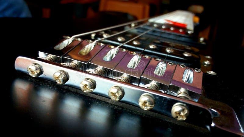 Musikinstrumentphotographie von elektronischen Schnüren der Gitarre sechs mit rotem Auswahl plactrum lizenzfreie stockfotos