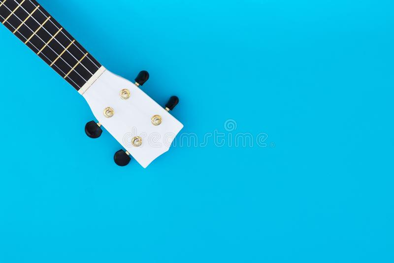 Musikinstrumentukulele auf einem blauen Hintergrund und ein Platz für Text Greif der hawaiischen Gitarre Musikalisches Konzept stockbilder