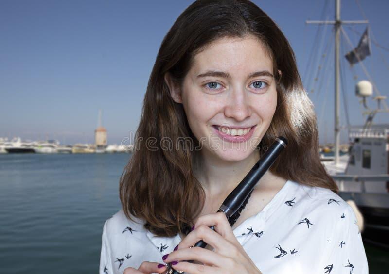 Musikkapacitet Bedöva den eleganta unga damen med tvärflöjtinstrumentet arkivfoton