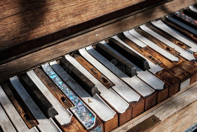 Musikkonzept - Weinleseklaviertastaturnahaufnahme - Klavierschlüssel stockbilder
