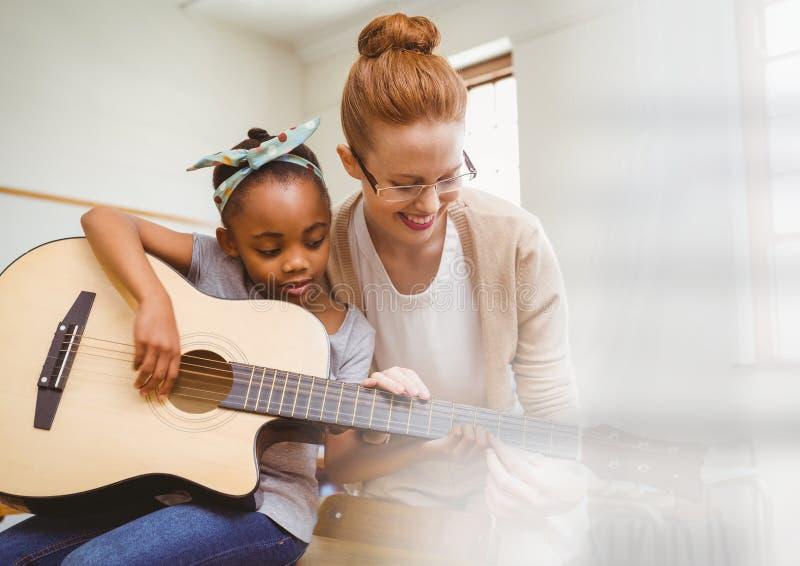 Musiklärare med studenten arkivbild