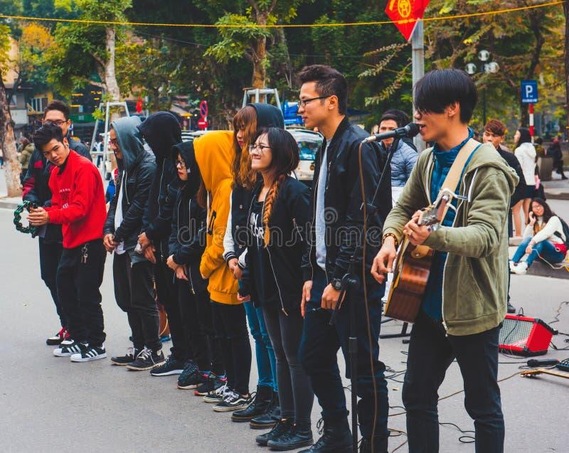 Musikleistung, auf den Straßen von Hanoi stockbild