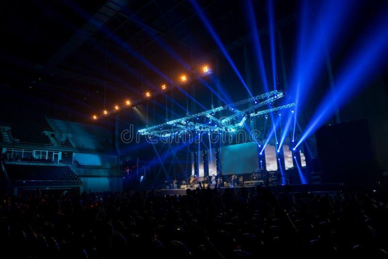 musikmärkesvisningen på etapp eller den Defocused konserten som är levande och, skriver in royaltyfri foto