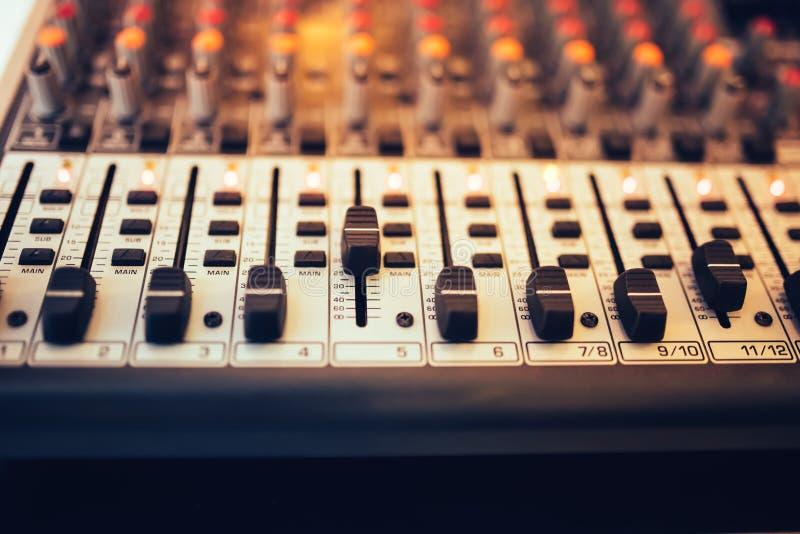 Musikmischer im Studio, DJ, das für neue Bahnen arbeitet Musikproduktion mit dem Redigieren von Werkzeugen stockfotografie