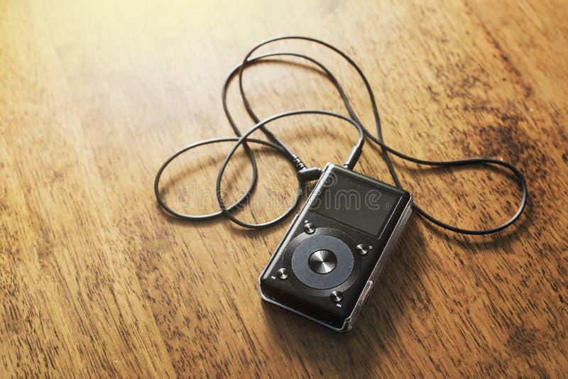 Musikmp3-spelare på ett träskrivbord royaltyfri foto