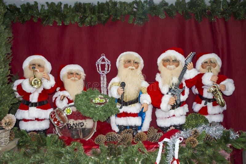Musikmusikband av Santa Claus som firar jul arkivfoton