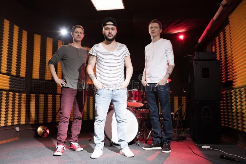 Musikmusikband som poserar för Promo royaltyfria bilder