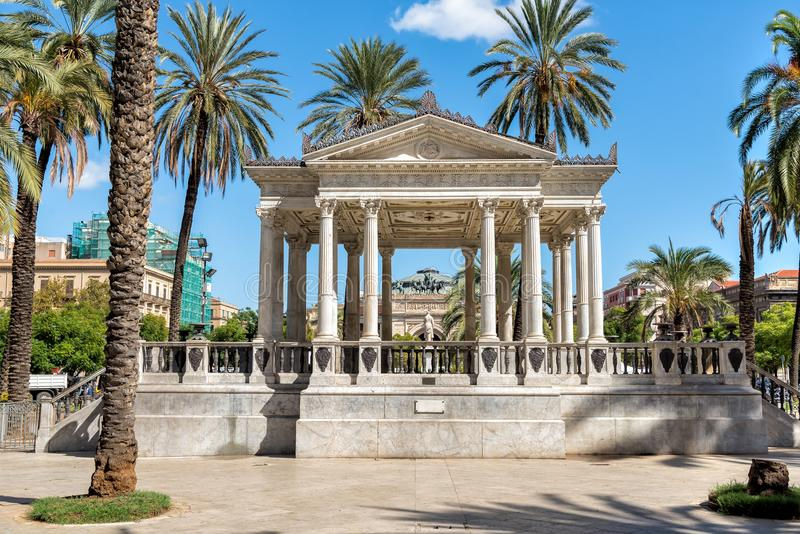 Musikpalett på den Castelnuovo fyrkanten, nära den Politeama Garibaldi teatern som används för utomhus- konserter i Palermo, Ital royaltyfria bilder