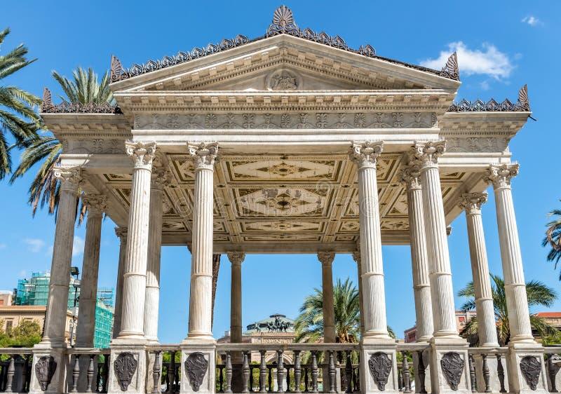 Musikpalett på den Castelnuovo fyrkanten, nära den Politeama Garibaldi teatern som används för utomhus- konserter i Palermo, Ital arkivfoton