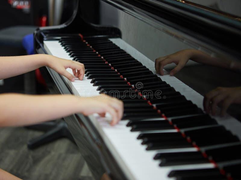 Musikperformer& x27; s-hand som spelar pianot royaltyfri fotografi