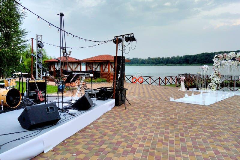 Musikplats- och bröllopbåge, organisation av ferier arkivbilder