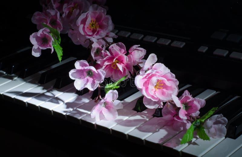 Musiksynthesizer K?nstliche Blumen lizenzfreies stockbild