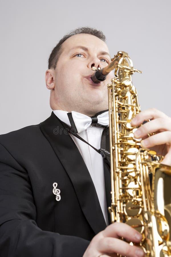 Musikteman och idéer En Caucasian manlig saxofonist Playing Saxophone royaltyfri bild