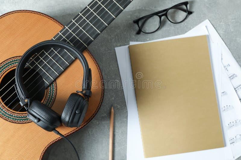 Musiktillverkaresammansättning på grå bakgrund arkivbild