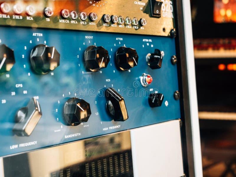 Musikverstärker mit mehrfachen Griffen lizenzfreie stockfotografie