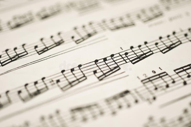 Musique classique - notes sur la feuille de cru images stock