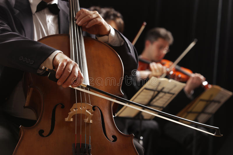 Musique classique, violoncelliste et violonistes photographie stock libre de droits