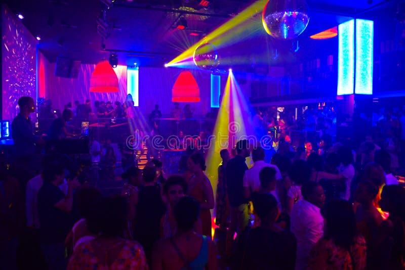 Musique d'éloge, lumières colorées de Lazer, les gens dansant dans la boîte de nuit photo stock
