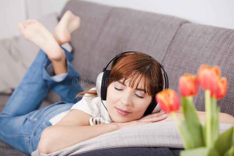 Musique de écoute à la maison image stock
