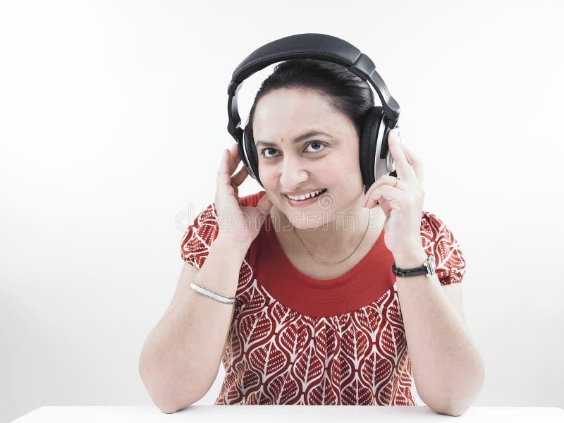 musique de écoute au femme photographie stock