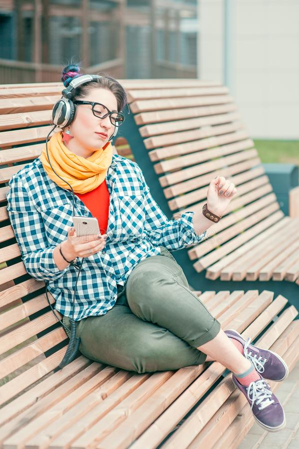 Musique de écoute de belle de mode femme de hippie photographie stock