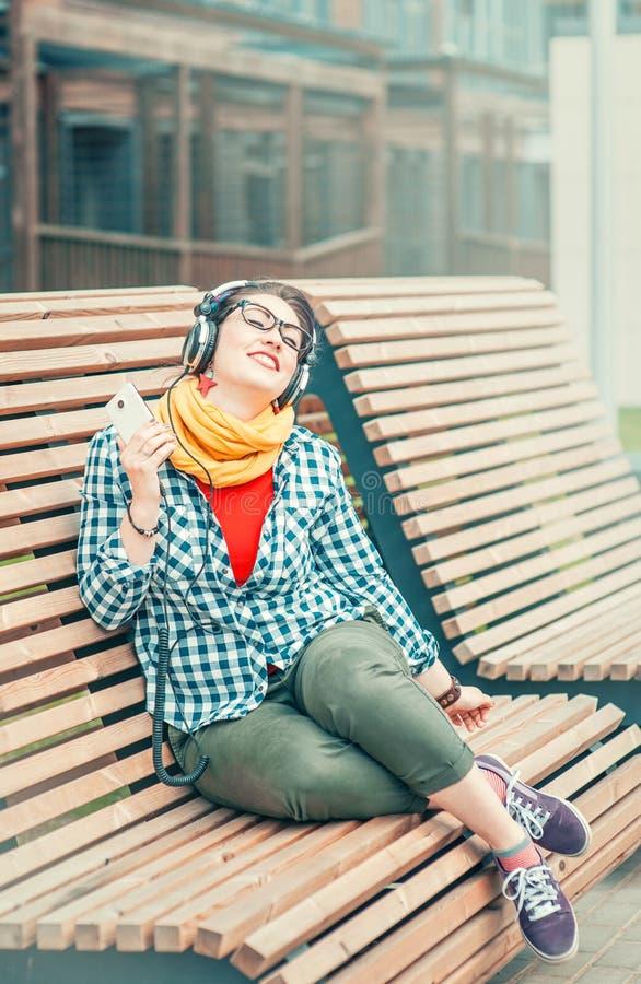 Musique de écoute de belle de mode femme de hippie photos stock