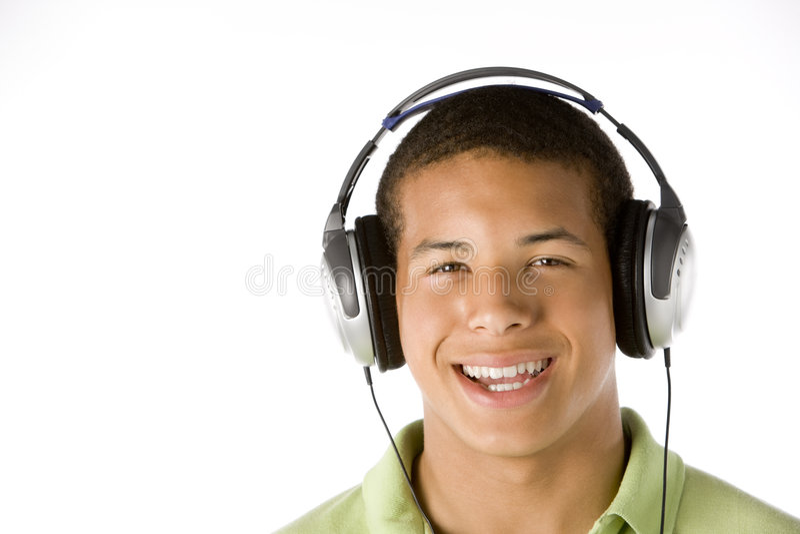 musique de écoute d'écouteurs de garçon d'adolescent à photos libres de droits